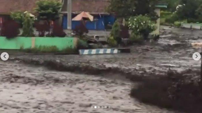 Viral! Tak Ada Hujan, Tiba-tiba Kawasan Gunung Ijen Banjir Bandang Hanyutkan Benda Besar